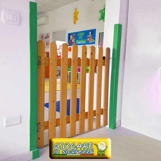 Protezione di paraspigoli verdi su muri di scuola