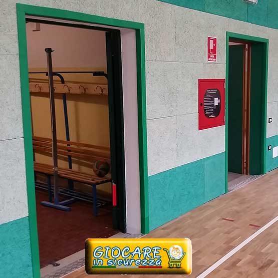 Verdi angolari antitrauma installati su muri di una palestra