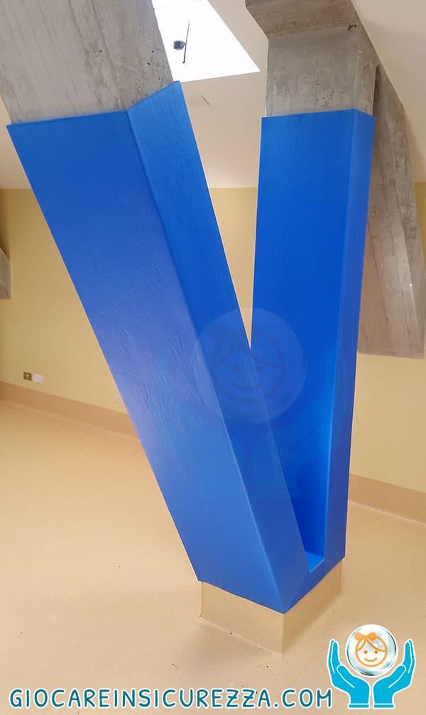 Travi di cemento inclinate presenti in un centro di riabilitazione con lastra di gomma antitrauma