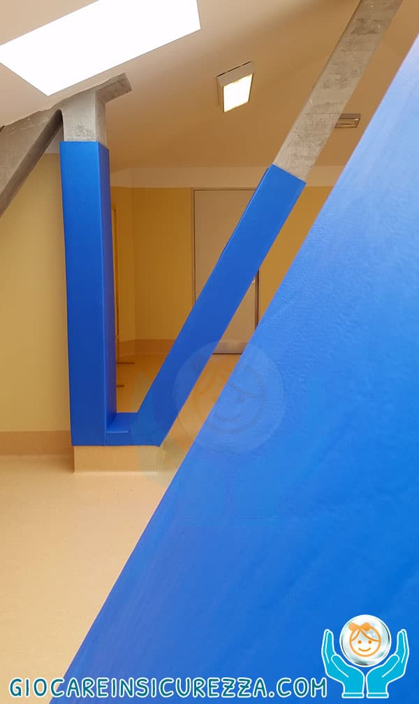 Lastra di protezioni in gomma antitrauma applicate con colla su cemento ideali per impianti sportivi, palestre e palazzetti sportivi