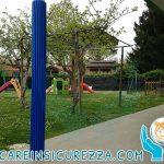 Rivestimenti elastici di protezione antiurto installati su pali di metallo di una scuola elementare