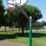 Protezione morbida per palo di tabellone nel campo da pallacanestro