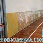 Eliminazione e rimozione del vecchio rivestimento a parete di una palestra