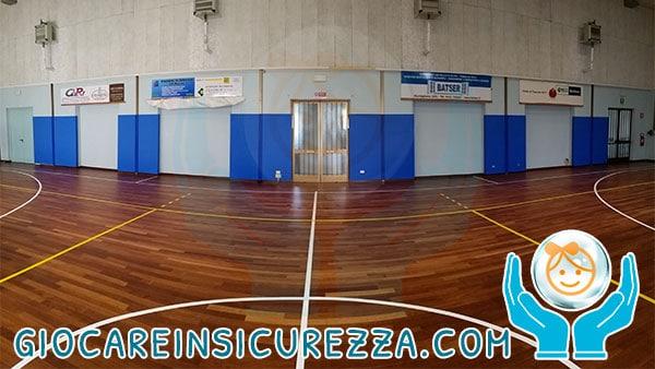 Pannelli protettivi colore blu per un campo sportivo da gioco all'interno di una palestra