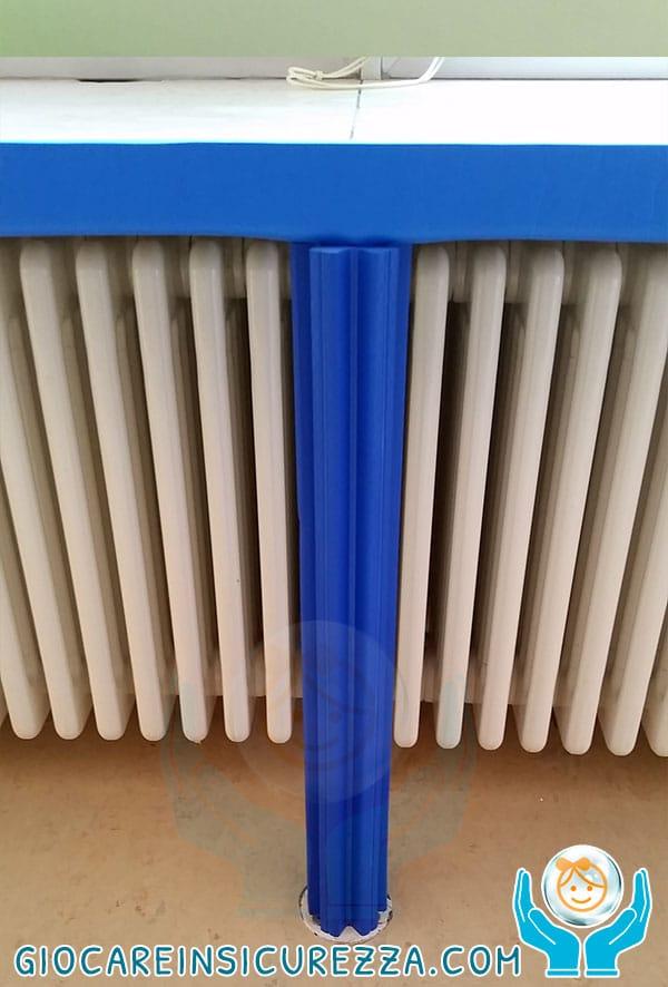 Protezione antitrauma applicata su tubo di sostegno/appoggio di un piano di marmo