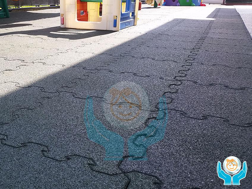 Posa del pavimento per esterni in un cortile scolastico
