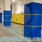 Pilastri di cemento con protezioni morbide a scuola