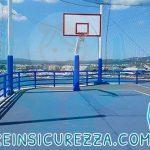 Protezioni sportive nel campo da gioco esterno presente nella nave da crociera