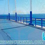 Protezioni sportive e navali applicate su pali con rete e ringhiera