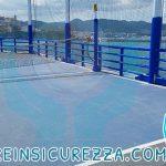 Pali e ringhiere rivestite da protezioni in un'area sportiva della nave da crociera