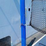 Palo con protezione sportiva anti-trauma applicata su sostegno con rete per un campo da volley/pallavolo