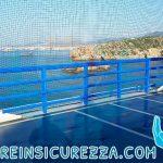 Parapetto/ringhiera con protezione morbida e avvolgente su campo sportivo esterno nella nave da crociera