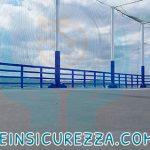 Protezioni sportive installate su pali esterni in un campo sportivo esterno alla nave da crociera