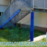 Vista del retro della scala a scuola con colonnina protetta dalla gomma antiurto