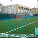 Protezioni sportive in gomma su campo da calcio