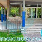 Entrata di una scuola con le protezioni per esterni su colonne