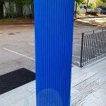 Scuola con protezioni antitrauma su colonna in cemento