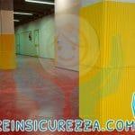 Cemento armato che compone un colonnato con protezioni di rivestimento morbido in gomma gialla per ambiente interno a scuola protezioni