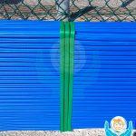 Particolare della protezione esterna per muretto con gomma di colore blue e verde