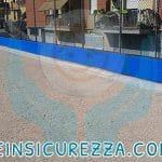 Protezione sportiva per esterni su muretto di cemento di un campo sportivo