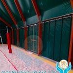 Protezioni sportive gomma antitrauma sul bordo del cordolo di un campo da calcetto indoor