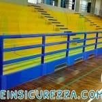 Tribuna sportiva di un palazzetto dello Sport con ringhiera avvolta da gomma morbida antitrauma
