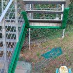 Protezioni su misura di colore verde per scale di emergenza/sicurezza di un palazzetto sportivo