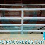 Ringhiera di un palazzetto sportivo con protezione sportiva fasciante e aderente ai tubi di acciaio/metallo