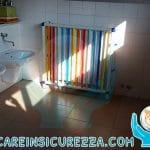 Copriradiatori applicati in un bagno di una scuola primaria