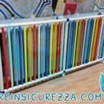 Radiatore in ghisa con copertura di protezione composta da tubi di plastica colorati
