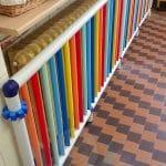Radiatore in ghisa protetto da tubolari colorati di plastica antischeggia