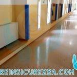 Corridoio di una scuola con angolari colore blu