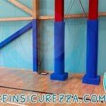Travi IPE in acciaio con protezioni gomma di colore blu totalmente antitrauma e antiurto nell'impianto sportivo