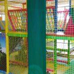 Protezioni aderenti in gomma eva colore verde in un'area giochi bambini