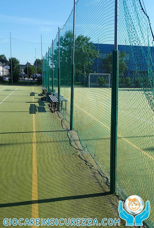Pali protetti a bordo campo con gomma antitrauma e antiurto avvolgente ideale per impianti sportivi aperto e al chiuso