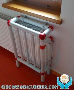 Copricalorifero composto da tubi in plastica antischeggia PVC ideale per la scuola infanzia e asili nido