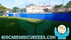 Gomma di protezione perimetrale per muro esterno di un campo sportivo