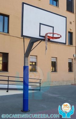 Palo di un cortile di una scuola con rivestimento protettivo morbido e antiurto