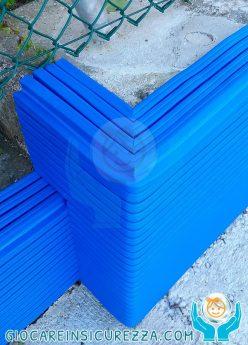 Angolo del muretto di cemento armato con protezione in gomma per esterni