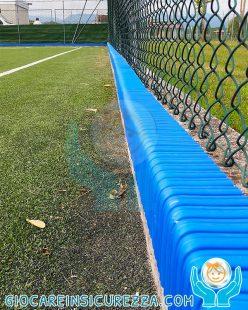 Protezioni in gomma antitrauma su cordoli di cemento a bordo campo da gioco