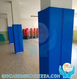 Protezione avvolgente per pilastri di cemento armato in una palestra