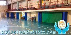 Protezioni sportive su pilastri di un palazzetto dello sport