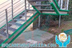 Scala di sicurezza antincendio esterna con protezioni in gomma antiurto e ammortizzanti