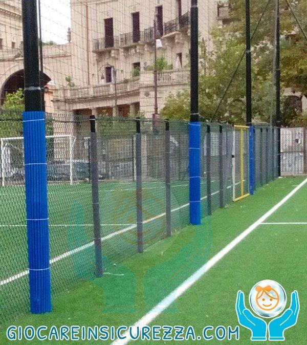 Paracolpi di protezione colore blu per pali a bordo campo sportivo