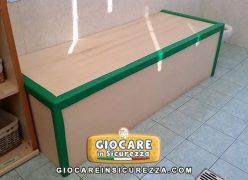Paracolpo verde di morbida gomma antiurto per cassapanca di legno a scuola