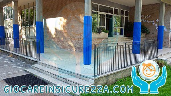 Colonnato di una scuola con protezioni di sicurezza antitrauma