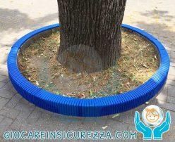 Protezione in gomma per cordolo in cemento contenente un albero