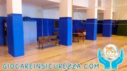 Pilastri di una palestra con coperture di protezione a scuola