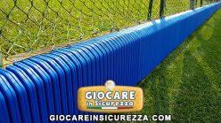 Rivestimento su misura in gomma morbida anti trauma per muretto di cemento di colore blu con strisce verticali per il drenaggio dell
