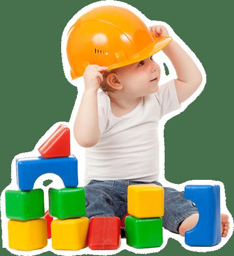 Bambino che gioca con prodotti di protezione e sicurezza